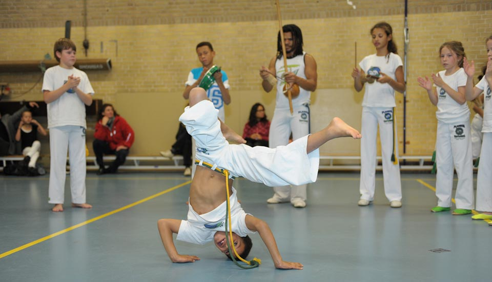 Planeta Capoeira Les Jeugd op zijn kop