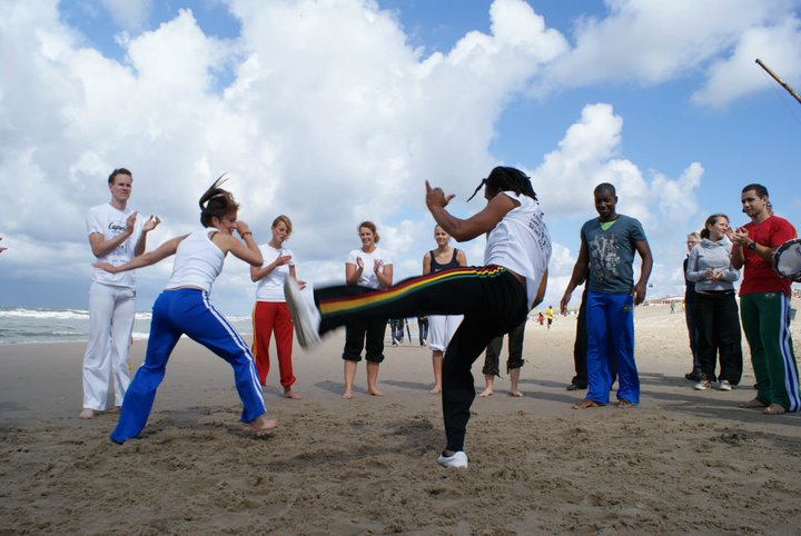 Planeta Capoeira Workshop volwassenen aan het strand